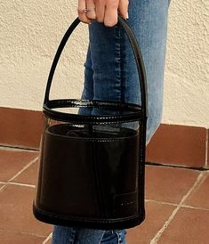 Learn more about the new bucket bag, a must-have on your bag collection. #style #styleblogger #styleblog #bags #handbags #bucketbag #staud #staudbissetbag #estilo #bolsos
