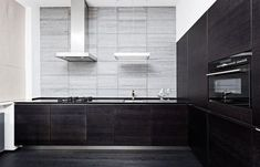 Minimalist Kitchen With Black Kitchen Cabinets And Countertops : Sophisticated And Trendy Black Kitchen Cabinets Kitchen Cabinets And Countertops, Black Kitchen Cabinets, Built In Cabinets, Black Kitchens, Luxury Kitchens, Elegant Kitchens, Modern Kitchens, Cave A Vin Design, Kitchen Designs Photos