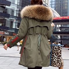 Купить товарМанто роковой новый 2015 женщин зимняя куртка Womrge енота меховым воротником толстые мягкий хлопок леди парка армия Greenen пальто реального л . а . в категории Пуховики и паркина AliExpress.      Зимние куртки Женщины Пальто новых 2015 зимнее пальто женщин  Парок армии зеленый большой енот меховой воротн