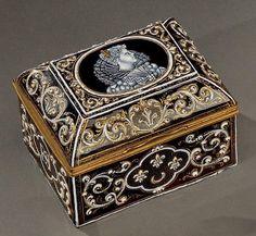 Coffret à couvercle bombé en émail peint en grisaille avec rehauts d'or aux armes de Diane - Limoges, fin du XIXe siècle.
