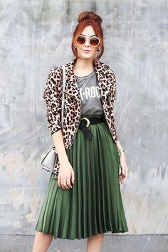 green midi pleated skirt + leopard jacket! autumn outfit.    1 saia - 3 looks: saia midi verde plissada da Renner + jaqueta de oncinha!