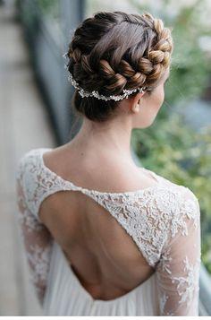 Eine feine Symbiose aus edlen, zart fallenden Brautkleidern von elfenkleid und feingliedrigen Headpieces von Blackbird's Pearl, ergeben zusammen die Melancholie der Liebe.