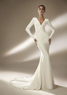 See the latest dresses from Atelier Pronovias inspired by the glamour of Hollywood. Disney Wedding Dresses, Country Wedding Dresses, Black Wedding Dresses, Princess Wedding Dresses, Wedding Dresses Plus Size, Wedding Gowns, Glamour Hollywoodien, Old Hollywood Glamour, Vestidos Vintage