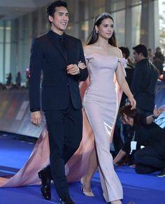 ในภาพอาจจะมี 2 คน, ผู้คนกำลังยืน Evening Dresses, Prom Dresses, Formal Dresses, Wedding Dresses, Thai Princess, Beauty Shots, Young Fashion, Celebrity Couples, Woman Crush
