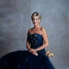 Diana, Princess of Wales models one of her official gowns that she had auctioned… Princess Diana Photos, Princess Diana Family, Real Princess, Princess Of Wales, Princesa Diana, Princesa Real, Lady Diana Spencer, Estilo Real, Diana Fashion