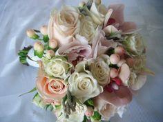 Bukiet - róża, peonia, hipericum, brunia, storczyk