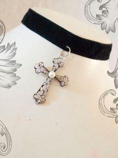 gargantilla gotica con cruz y perla
