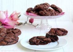 Diese schokoladigen Cookies sind knusprig am Rand, weich in der Mitte, und schmecken wie die perfekte Tasse heiße Schokolade. Einfach traumhaft, sündig lecker ! Frisch aus dem Ofen ist der Schokoke…