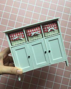 라탄서랍장. 커피바 이걸로 교체해줄생각. #handmade #rattanbasket #rattanfurniture #handmademiniatures #imadethis . . . . . . . . . . . . . . . . . . . .… Dollhouse Miniature Tutorials, Miniature Crafts, Miniature Dolls, Modern Dollhouse, Diy Dollhouse, Barbie Miniatures, Dollhouse Miniatures, Miniature Furniture, Dollhouse Furniture