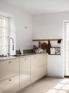 Beige Kitchen, Kitchen Dining, Kitchen Cabinets, Küchen Design, Interior Design, Stylish Kitchen, Minimalist Kitchen, White Houses, Vintage Kitchen