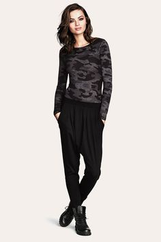 Want a relaxed and edgy look? Swing by @H&M and fall in love with their spring collection! #BlackPants #ComfyWear