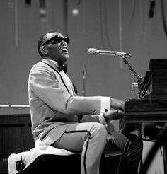 """Ray Charles Robinson, a musician and singer Sol, Bob, and U.S. Country (23 September 1930-10 June 2004).Is one of the ten immortals by music magazine Rolling Stone and the owner of 13 Grammy Award .. Rey was born in Albania in the state of Georgia .. Charles died on June 10, 2004 in the same year was the production of the film """"Ray"""" for personal timeless black Ray Charles Robinson.."""