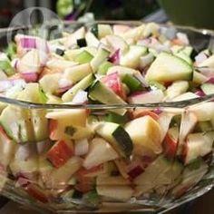 Appel , courgette, groene paprika en rode ui met een heerlijke basilicum vinaigrette. Een snelle en makkelijke salade; voor mij dan zonder de ui!