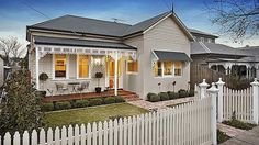 Edwardian style homes melbourne - Home design and style House Exterior Color Schemes, Exterior Paint Colors For House, Exterior Design, Edwardian Haus, Edwardian Style, Style At Home, Weatherboard Exterior, House Paint Color Combination, Melbourne House