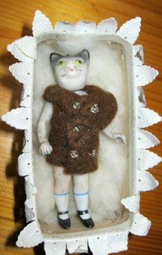 Antike-Komic-Katze-im-Karton-Porzellan-Miniaturpuppen-Puppenhaus-Germany