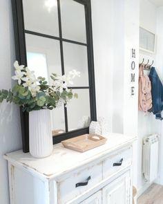 Welcome Home. Frische Blumen machen Euren Eingangsbereich gleich viel freundlicher. Die weiße Vase aus Porzellan mit feinem Goldrand wirkt zurückhaltend puristisch und lässt die Blüten strahlen. Perfekt für Diele, Flur und Co. // Blumenvase Weiß Gold Porzellanvase Deko Home Decor  @peli_pecas