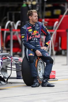 17/11/2013 - Usa GP Austin - Team photo for Infiniti Red Bull Racing - Look at that wheel: It's a very performant and lightweight wheel but it's also comfortable to sit on it! #OZRACING