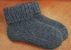 Le modèle des chaussons bien chauds à mettre à tous les pieds ! Knit Slippers Free Pattern, Knitted Slippers, Crochet Slippers, Knit Crochet, Loom Knitting Patterns, Knitting Projects, Crochet Patterns, Knitting Socks, Baby Knitting