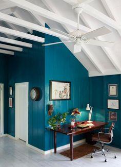 wandfarbe petrol wohnzimmer : Ausgebauter Dachboden mit Wandpaneelen in Türkis, Foto Photoshot Red