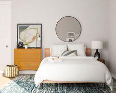 Come si arreda una camera da letto di soli 10 mq? Semplice! Con i 6 consigli su come rendere accogliente e funzionale la tua stanza piccola.  Quando si dispone di una camera da letto piccola di soli 10 mq, può sembrare un vero incubo solo il pensiero di doverla arredare. Una stanza piccola sembra che abbia poche potenzialità da poter sfruttare e che soprattutto non potrà mai essere… Simple Bedroom Design, Small Bedroom Designs, Small Room Design, Modern Bedroom, Bedroom Storage, Bedroom Sets, Room Decor Bedroom, Bedroom Hacks, Bedroom Ceiling