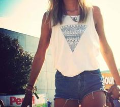 that californian vibe. high-waisted shorts and a cut off with a aztec print triangle