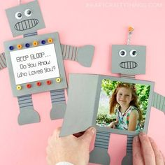 How to make a paper robot card for Father's Day, Mother's Day or any time of the year. Simple and easy Father's Day card for preschoolers and kids to make! Kids Fathers Day Crafts, Summer Crafts For Kids, Fathers Day Cards, Crafts For Teens, Kids Diy, Fun Arts And Crafts, Paper Crafts For Kids, Preschool Crafts, Diy And Crafts