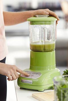 """Smoothie-Alarm! Mit Power in den Tag: Die frischen, selbstgemachten Drinks aus Obst und Gemüse sind schnell zubereitet, richtig lecker und gesund. Probiert's aus und mixt euch einfach jeden Tag selbst ein neues """"grünes Wunder"""" – schnell und unkompliziert mit dem knallgrünen Standmixer der Küchen-Kultmarke KitchenAid."""