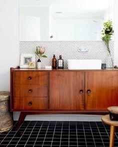 Pensez à détourner un buffet vintage pour aménager une salle de bain.
