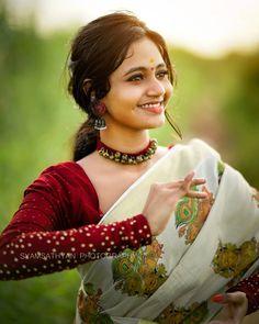 Cute Girl Poses, Cute Girls, Kerala Traditional Saree, Saree Poses, Kerala Saree, Indian Costumes, Portrait Photography Poses, Bridal Outfits, Indian Beauty