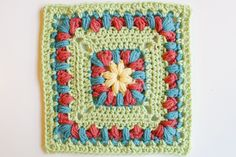 """A Granny a Day"": Great Blog...patterns for hundreds of granny square patterns categorized by the size of the Granny square."