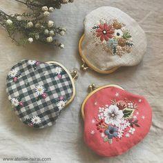 RairaiさんはInstagramを利用しています:「布博で販売予定の小さめサイズのがま口が仕立て上がりました。 すべて1点ものです。」 Embroidery Purse, Flower Embroidery Designs, Embroidery Patterns Free, Embroidery Stitches, Sewing Patterns, Frame Purse, Japanese Embroidery, Sewing Art, Vintage Purses