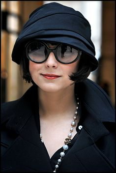 Cloche hat, round sunnies, cute bob, Chanel necklace & trench coat = oh so fabulously French!