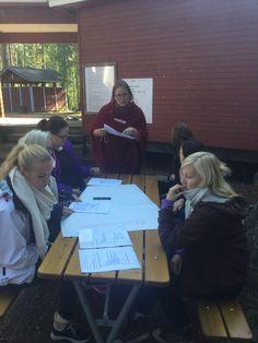 Työryhmien ohjeistusta; tehtävänä tutustua ja selvittää eri opintopolkujen ja opintokokonaisuuksien sisältöjä. Majoituspalvelupolku työryhmä pohtii...