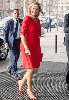 ♥•✿•QueenMaxima•✿•♥...Maxima finished the look with a pair of red slingback heels with a white trim, pictured... Dutch Queen, Royal Dresses, Dutch Royalty, Charlotte Casiraghi, Queen Maxima, Royal House, Amsterdam, Royal Fashion, Scarlet