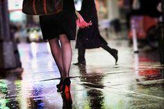 Christophe Jacrot, Red Berry, 2011 / 2011 © www.lumas.de/ #LumasAbsatzschuhe,  Beine,  Fotografie,  Frau,  Frauen,  Passanten,  Pumps,  Regen,  regnerisch,  Rückenansicht,  Schuhe,  sinnlich,  Spaziergang,  Straße,  strassen,  Wasser