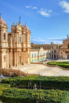 Wist jij dat Sicilië de neus van de 'laars' Italië is? Dit eiland is een echte parel en daarom een must-see😍 Je kan er een week genieten v/a €341 All Inclusive Deals, Amazing Sunsets, Resorts, Bali, Scenery, Europe, Mansions, House Styles, Places