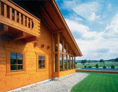 Holz muss mit hochwertigen Holzschutzmaterialien geschützt werden. Style At Home, Cabin, Mansions, House Styles, Home Decor, Nursing Care, Mansion Houses, Room Decor, Cabins