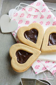 Le vendredi est devenu le jour où je ramène des petites gourmandises à partager avec mes collègues! Et malgré que je ne fête pas la St Valentin, j'avais envie de faire des biscuits en forme de cœur...