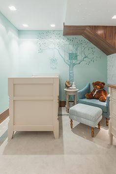 Marta Calasans criou um quarto de bebê clássico com a temática dos bichos e plantas da natureza. A chegada do bebê ganhou também pintura à mão na parede