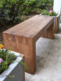 2×4材のベンチ。釘などを使わず、接着剤でくっつける作り方。
