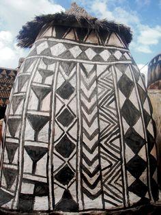 Burkina Faso, Tiebele. Lo hombres construyen y las mujeres decoran estas preciosas casas.