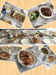 Een heerlijke rijsttafel met kipsaté, garnaaltjes, babi pangang, gevulde champignons, zoetzuur komkommer, sajoer boontjes, satésaus, loempia's en kroepoek.