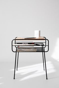 Table de chevet / table de chevet, fer laqué noir et bois de chêne, à mi-siècle, moderne, rétro par Habitables sur Etsy https://www.etsy.com/fr/listing/211357287/table-de-chevet-table-de-chevet-fer