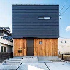 愛知県のデザイン設計事務所はホームランディック一級建築士事務所 Black House Exterior, Exterior House Colors, Exterior Design, House Siding, Facade House, House Roof, Garage Design, Loft Design, Residential Architecture