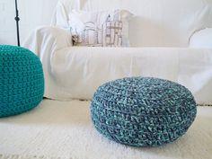 Pufe de croché azul estampado- Grande almofada de chão - Casa Decor    Adorável para os quartos de criança e sala, este pufe tem um estampado muito                                                                                                                                                      Mais