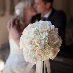 Weiße Hortensien und Rosen