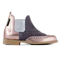 Botas cortas Shiny 4 hechas a mano con terminación en laminado oxford peach, empeine gris y elástico plata de Neon Boots. REF: SHINY 4 #moda #style #fashion #neonbootsmujer #modamujer #botas #neonboots #calzado #zapatos