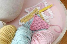 Crochet Pattern flags with edge hooks Crochet Home, Love Crochet, Crochet Granny, Crochet For Kids, Diy Crochet, Crochet Stitches, Crochet Patterns, Crochet Ideas, Crochet Bunting