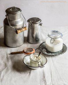 Qué son y cómo se hacen los lácteos fermentados, como las cremas agrias, sour cream y crème frâiche, y el buttermilk. Cómo se hacen en casa fácilmente.