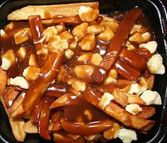 Poutine is common dish throughout the Quebec, Ontario and Atlantic regions of Canada which is made up of three items: beef gravy, French fries and cheese curds. This recipe on Recidemia uses pre-canned gravy and fries the potatoes from scratch. Canadian Dishes, Canadian Food, Canadian Culture, Comida Tipica Do Canada, Canadian Poutine, Cheese Curds, Fast Food, Beef Gravy, Macaroni And Cheese